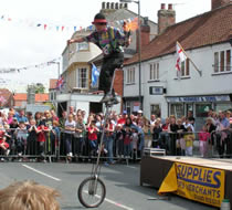 Girafe Unicycle with crowd